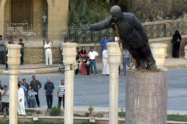 Het Amerikaanse leger sloopt een standbeeld van Saddam Hussein in Bagdad