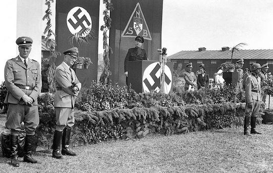 Mussert Seyss-Inquart en Rauter tijdens de beëdiging van nieuwe leden van de Landwacht, 15 augustis 1943