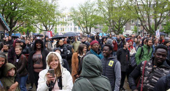 Honderden de straat op in solidariteit met Wij Zijn Hier